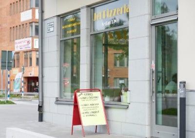 Gatupratare utanför Jet Pizzeria i Jakobsberg