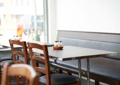 Soffor och stolar vid bord på Jet Pizzeria Jakobsberg