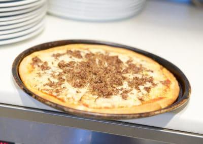 Färdig pizza med köttfärs